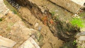 Versamento, ponente calcestruzzo nei fondamenti della casa facendo uso della pala di cemento e delle pietre Costruzione, lavoro c archivi video