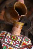 Versamento tradizionale del vino Fotografia Stock