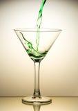 Versamento verde del cocktail Fotografia Stock