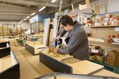 Versammlungsteilnehmer mit dem Schraubenzieher, der Möbel herstellt lizenzfreie stockfotos