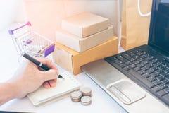 Versandeinkaufen online lizenzfreie stockfotos