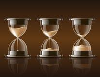 Sand, der in den Hourglass fällt. Stockfotos