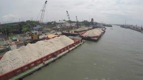 Versanden Sie die Frachtschiffe, die auf enormem Pasig-Fluss angekoppelt werden, um zu entladen stock video footage