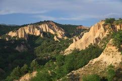 Versanden Sie Pyramiden um Stadt von Melnik, Bulgarien Stockbild