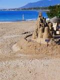 Versanden Sie Skulptur auf dem ruhigen Strand im November in Marbella Andalusien Spanien Stockbilder