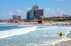 Versanden Sie Strand des Mittelmeeres und der modernen Hotels in Herzli Stockfotos