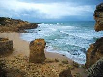 Versanden Sie Strand mit rauen Meereswellen und Sandsteinformation beautifu Lizenzfreies Stockfoto