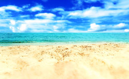 Versanden Sie Strand und blauen meeres- tropischen Feiertags-Hintergrund Lizenzfreie Stockfotografie