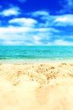 Versanden Sie Strand und blauen meeres- tropischen Feiertags-Hintergrund Stockfotografie