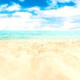 Versanden Sie Strand und blauen meeres- tropischen Feiertags-Hintergrund Lizenzfreies Stockbild