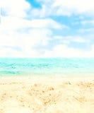 Versanden Sie Strand und blauen meeres- tropischen Feiertags-Hintergrund Lizenzfreie Stockfotos