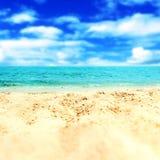 Versanden Sie Strand und blauen meeres- tropischen Feiertags-Hintergrund Lizenzfreies Stockfoto
