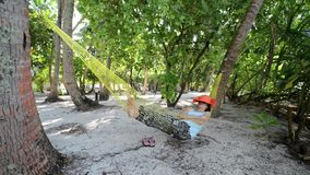 Versanden Sie Strand und Meereswogen, männliches Südatoll maldives stock video