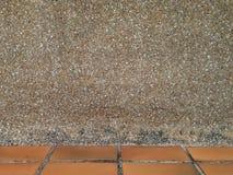 Versanden Sie Wandhintergrundbeschaffenheit mit Ziegelsteinboden unter Rahmen Stockbild