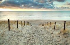 Versanden Sie Weg zur Nordsee bei Sonnenuntergang lizenzfreies stockfoto