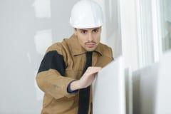 Versandende Tür des jungen Erbauers, bevor zu Hause nacharbeiten Lizenzfreie Stockbilder