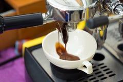 Versando dalla macchina del caffè Fotografie Stock