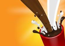 Versando e spruzzando latte e cioccolato con la tazza e l'arancia rosse Immagini Stock Libere da Diritti