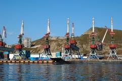 Versandpier (Stufe) im russischen Seehafen. stockbild