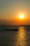 Versandschiff im Sonnenaufgang in NYC Stockbild