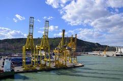 Versandverpackungen und Kräne am Hafen von Barcelona Spanien Stockbilder