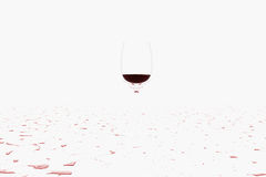 Versant un vin rouge humide Photographie stock libre de droits