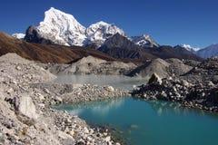 Verschönern Sie mit einem See und Arakam Tse 6423m landschaftlich Lizenzfreies Stockfoto