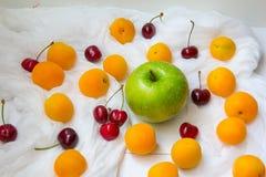 Verschüttete Früchte am weißen chessecloth Stockfoto