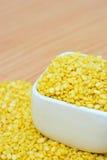 Verschüttete gelbe hölzerne Tabelle Mungobohne für Lebensmittel concepct Lizenzfreies Stockfoto