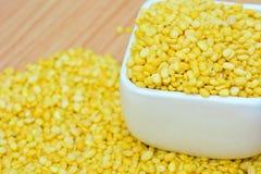 Verschüttete gelbe hölzerne Tabelle Mungobohne für Lebensmittel concepct Lizenzfreie Stockfotografie