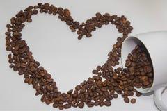 Verschüttete Kaffeebohnen Stockfoto