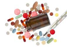 Verschüttete Pillen, braune Flasche und pharmazeutisches Lizenzfreie Stockfotografie