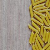 Rohe Teigwaren auf hölzernem Hintergrund lizenzfreie stockfotografie