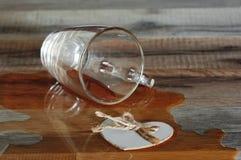 Verschüttete Tasse Tee Stockfoto