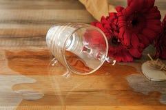 Verschüttete Tasse Tee auf dem Tisch Lizenzfreie Stockfotografie