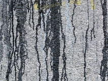 Verschüttete, tropfende Farbe auf einer grauen Wand Lizenzfreie Stockbilder