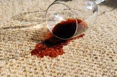 Verschütteter Wein auf Teppich Stockfoto