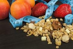 Verschüttetes Cheerios-Getreide mit Schokolade Gesunde diätetische Ergänzungen für Athleten Cheerios für Frühstück Muesli und Fru lizenzfreie stockfotografie