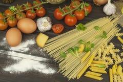 Verschüttetes Mehl Teigwaren und Gemüse auf einem Holztisch Stockfoto