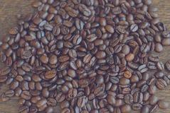 Versch?tteter Kaffee auf dem Tisch stockbilder