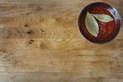 Verschalen Sie mit Tomatensauce und Lorbeer in einer Schüssel stockbild