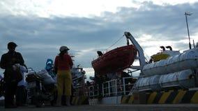Verschalendes Schiff der Leute, zum von Dao-Insel hereinzulegen Leute, die Waren holen, durch das Schiff geliefert zu werden stock video