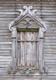 Verschaltes Fenster der alten hölzernen Kirche Lizenzfreie Stockbilder