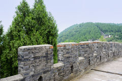Verschansing en gang van oude Chinese muur op berg in summe Stock Foto's