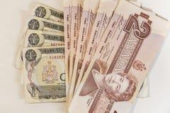 Verscheidene één en twee dollars Canadese rekeningen Stock Foto