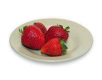Verscheidene aardbeien op groene geïsoleerde plaat Royalty-vrije Stock Fotografie