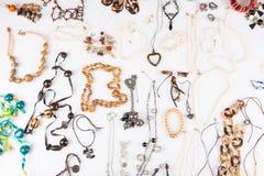 Verscheidene armband van de juwelenhalsband die op witte achtergrond wordt gesteld royalty-vrije stock foto's