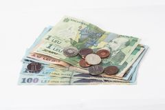 Verscheidene bankbiljetten met een waarde van 100, 10 en 1 Roemeense Lei met verscheidene muntstukken met een waarde van 10 en 5  Royalty-vrije Stock Foto