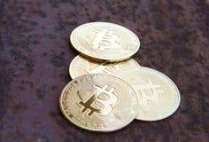 Verscheidene bitcoinmuntstukken op roestig ijzer - beeld stock afbeeldingen