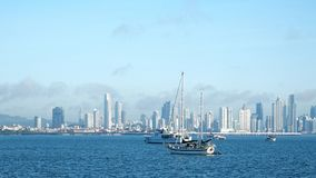 Verscheidene boten verankerden dichtbij Amador Causeway in Panama stock foto's